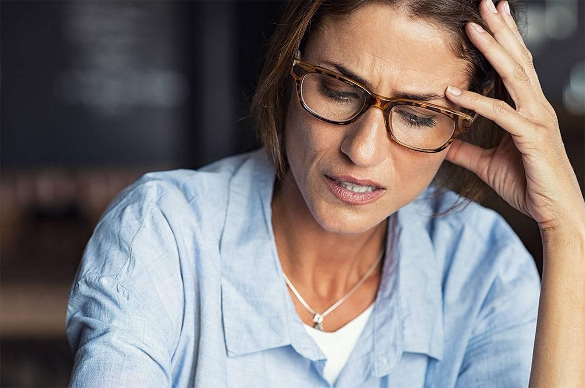 Stresset kvinde med briller