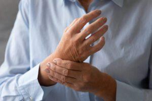 håndledssmerter hos kvinde